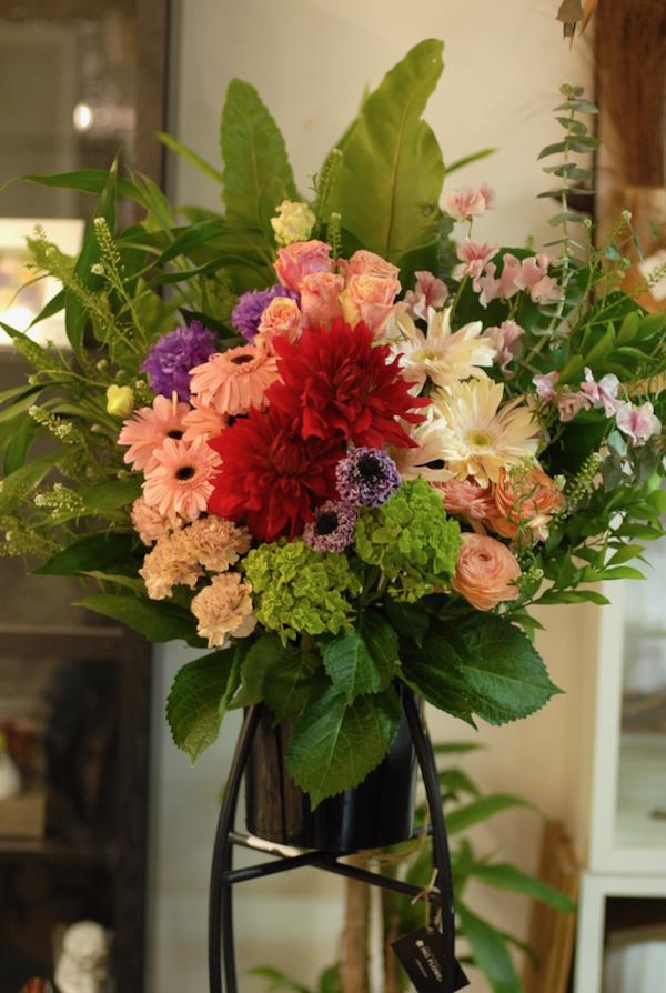 東千石町へお祝い生花スタンドのお届け